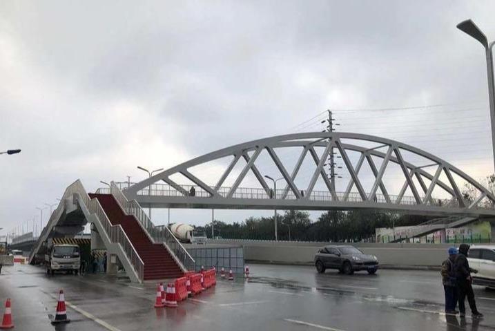 人車爭道!西安這座人行天橋 竟蓋在馬路中央