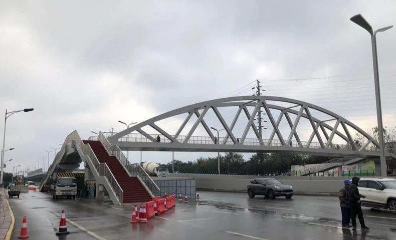 西安市朱宏路上一座天橋的階梯建在了車道上。(取材自華商網)