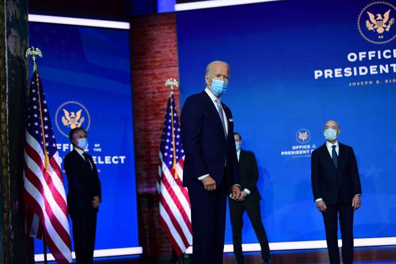 總統當選人拜登(中)24日率領首批公布內閣人事的國安外交團隊,在德拉瓦州威明頓市亮相,包括內定國務卿布林肯、白宮國安顧問蘇利文、國家情報總監海恩斯、氣候變遷特使柯瑞等。(美聯社)