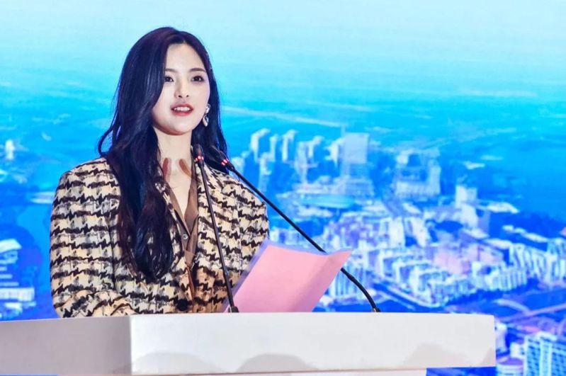 歌手楊超越以「特殊人才」為由落戶上海,25日在文化產業孵化中心揭牌儀式上,她擔任企業代表發言。(取材自中國基金報)