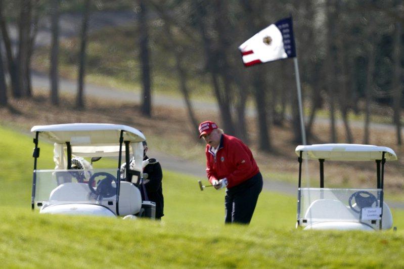 川普總統在承諾和平交接政權後27日又變卦,推文稱白登只有在證明他的「莫名其妙的8000萬票」不是作弊而來,才能入主白宮。圖為他26日在維州打高爾夫球。美聯社