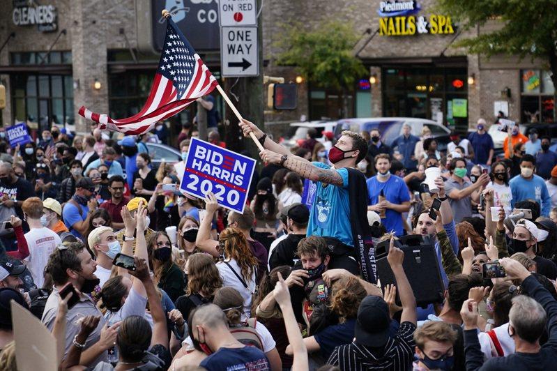 圖為喬州亞大蘭大市民在街頭慶祝拜登勝選。 美聯社