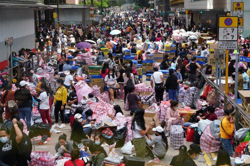 香港港府全面收緊防疫,多個受管制場所關閉,食肆餐館限人限時開放。圖為大批外傭聚集中環街頭。(中新社)