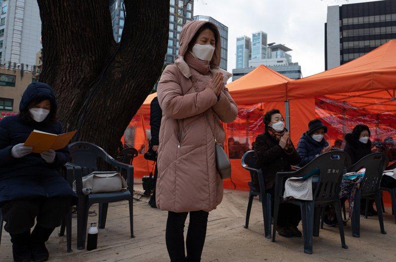 南韓12月3日舉行全國大學入學試,預計有近50萬學生參加,增加播疫風險。圖為家長為應試的子女祈禱。(歐新社)
