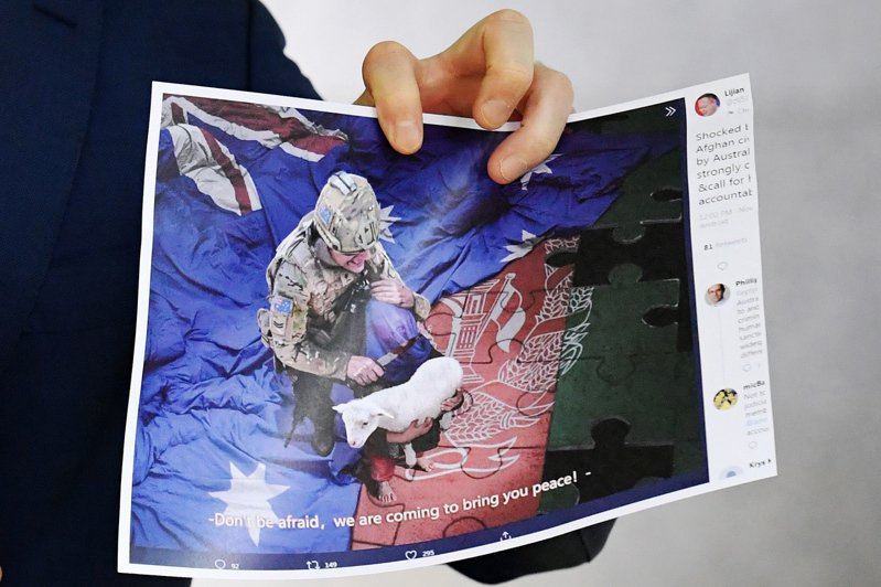 中國外交部發言人趙立堅在個人推特發布澳軍持刀架在阿富汗兒童脖子上的漫畫(圖),澳洲總理要求北京道歉。(歐新社)