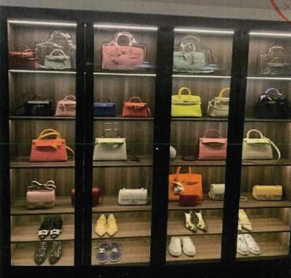 李某展示的奢侈品。(取材自微信)