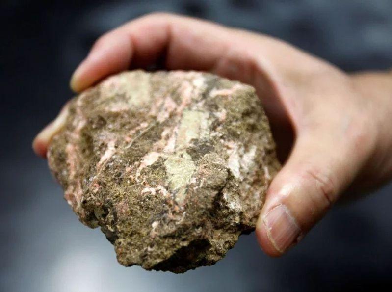 含有稀土的礦石。(路透)