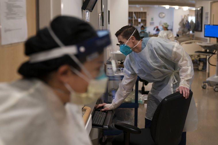 圖為在加州洛杉磯的一家醫院新冠重症病房的工作人員。(美聯社)