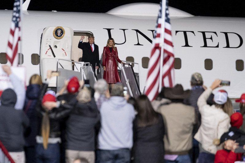 大選後仍不認輸的川普總統與第一夫人梅蘭妮亞5日傍晚專程到喬治亞州為兩位共和黨聯邦參議員明年1月複選活動站台。這是大選後川普首場大型造勢。多數共和黨參眾議員不承認民主黨拜登當選。(美聯社)