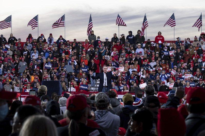 大选后仍不认输的川普总统与第一夫人梅兰妮亚5日傍晚专程到乔治亚州为两位共和党联邦参议员明年1月复选活动站台。这是大选后川普首次大型造势。多数国会众院共和党众议员支持川普不承认民主党拜登当选。(美联社)(photo:UDN)