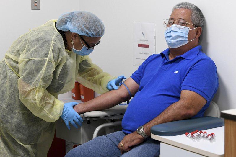 救兵新冠疫苗即將到來,但如何分配讓民眾施打,各州做法不一,有的州府交由醫療體系分發。圖為邁阿密大學米勒醫學院醫檢人員正在檢測新冠疫苗的志願者。美聯社