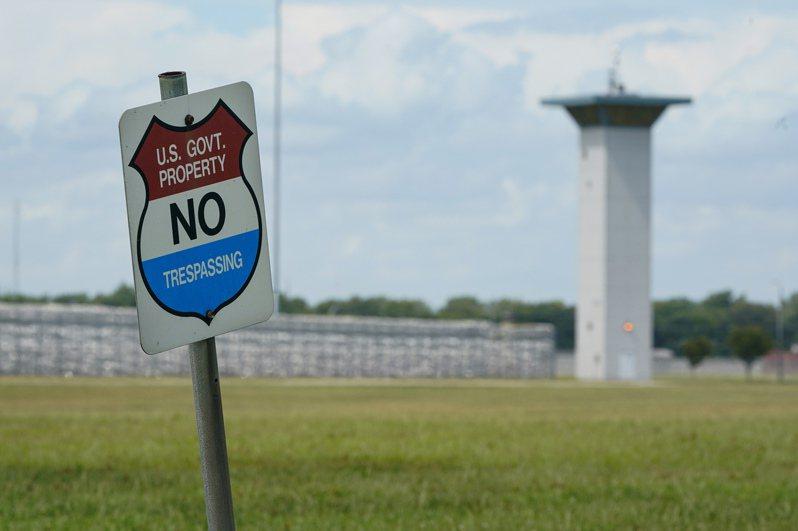 因為獄政人員紛傳新冠確診,使得川普政府想要達成處決聯邦死刑重囚的計畫減緩。圖為位於印弟安納州Terre Haute市的聯邦監獄。(美聯社)