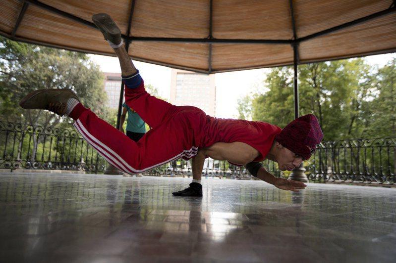 2024年巴黎奧運將納入霹靂舞項目。圖為墨西哥一名霹靂舞者在練舞。(美聯社)