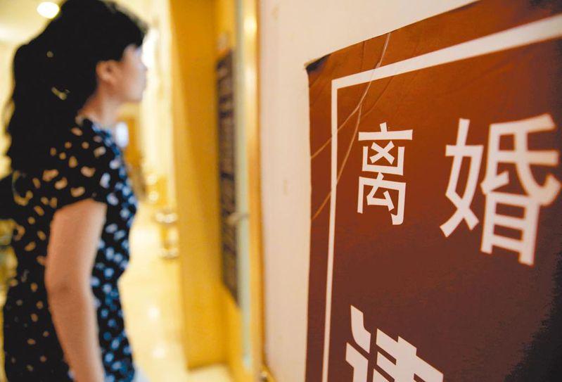 「離婚冷靜期」可能讓好不容易做出的人生重要決定在30天內翻盤。圖為一名女子在北京一處離婚登記廳門前。(中新社資料照片)