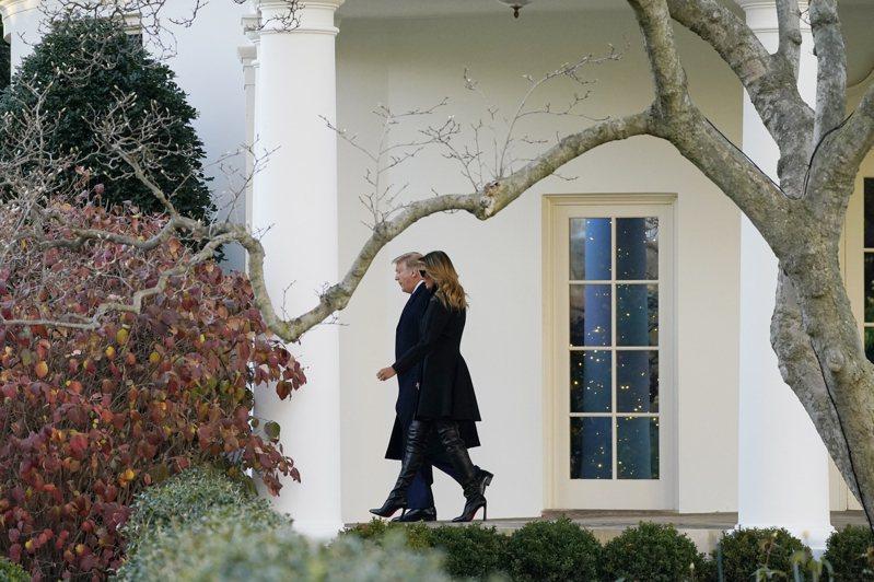 川普總統任期只剩四周,卻顯得比平常更肆無忌憚,讓人無法捉摸。圖為他與第一夫人梅蘭妮平亞23日離開白宮,前往佛州海湖莊園度聖誕。美聯社