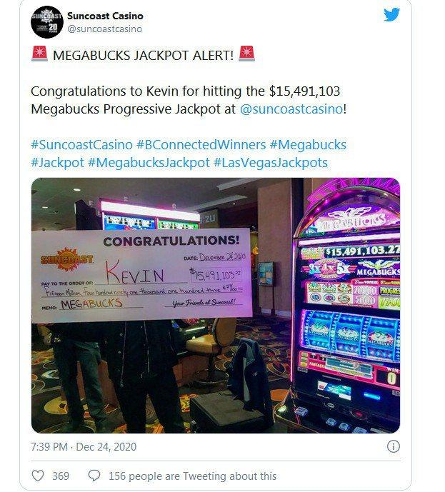 一名幸運兒24日平安夜在賭城拉斯維加斯一個賭場內,僅花了40元美金(約新台幣1124元)玩「超級大富翁」(Megabucks)吃角子老虎機遊戲,幸運拉中大獎,贏得美金1549萬元(約新台幣4.3億元)巨額獎金。圖/取自推特