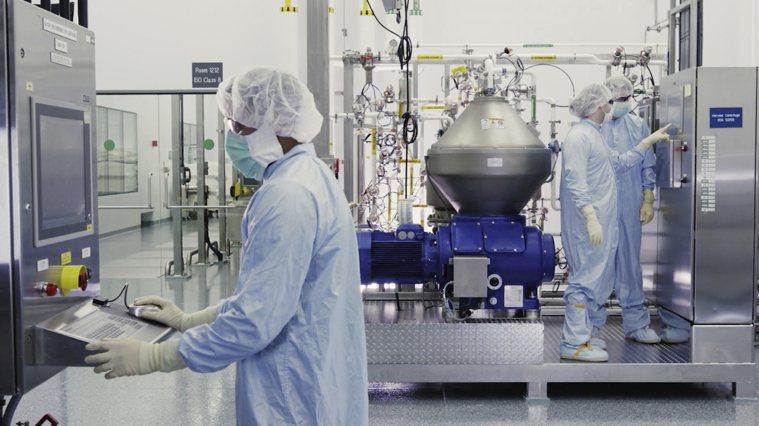 圖為科研人員在藥廠的藥物研發實驗室。(美聯社)