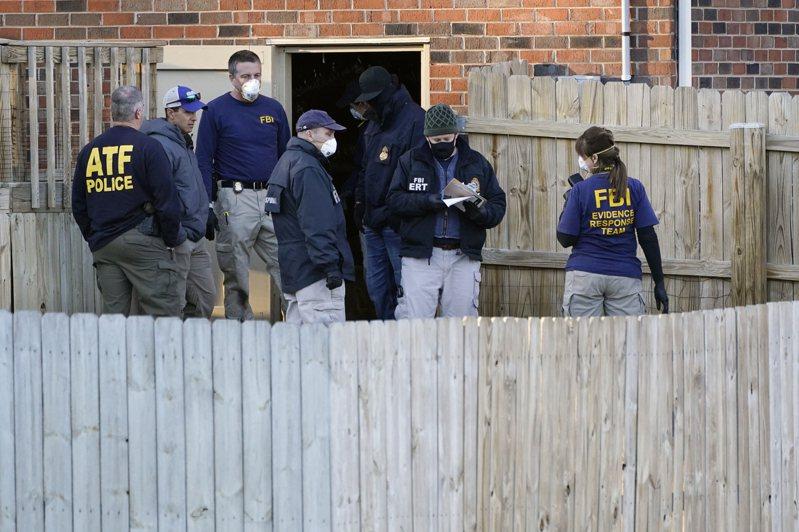 大批联邦检调人员26日持搜索状到田州涉案人华纳的住所搜索证物。图为ATF探员进出屋内外,带走袋装证物。(美联社)(photo:UDN)