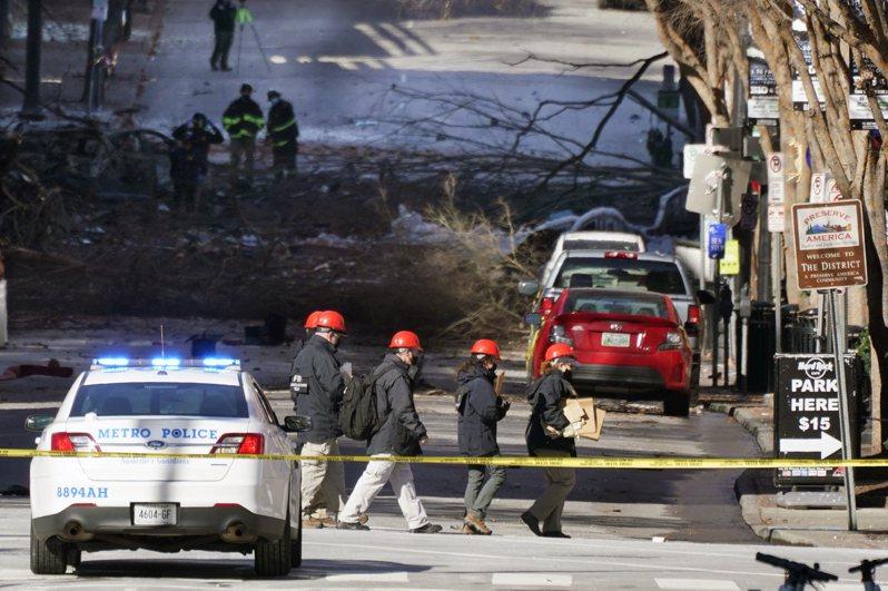 联邦与田州调查人员26日在爆炸现场搜集证据。(美联社)(photo:UDN)