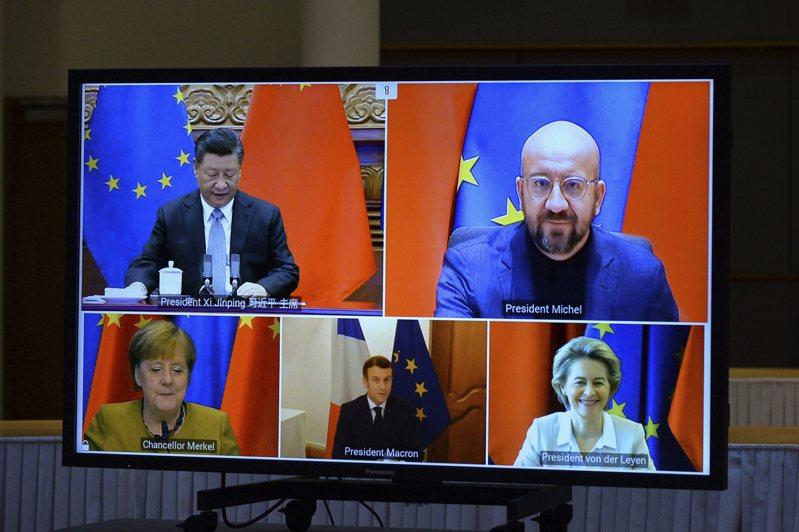 中國國家主席習近平(上左)30日與歐洲理事會主席米歇爾(上右)、歐盟執委會主席范德賴恩(下右)、法國總統馬克宏(下中)、德國總理梅克爾(下左)舉行視訊會談。(美聯社)