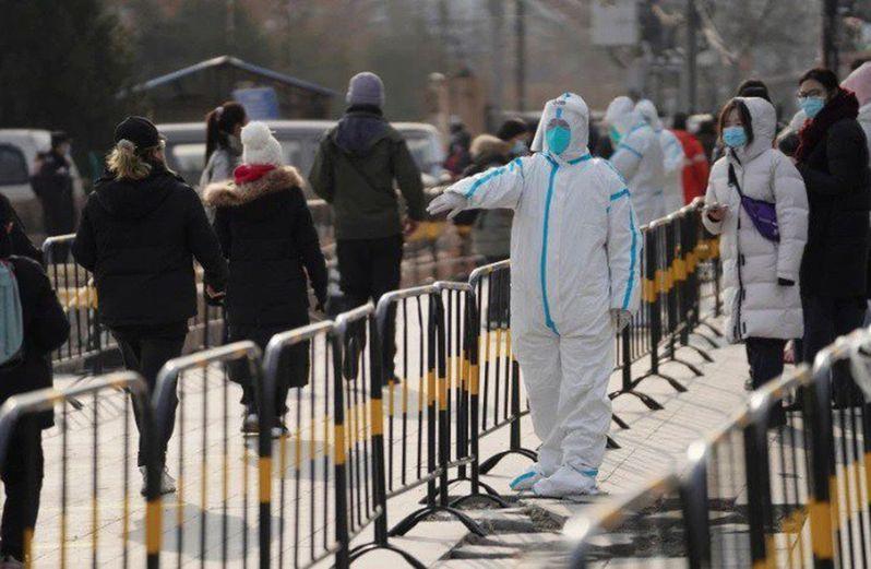 中國近來境外輸入和本土病例增加,變異病毒也入境,傳出確診病例的小區加強防疫。(新華社)
