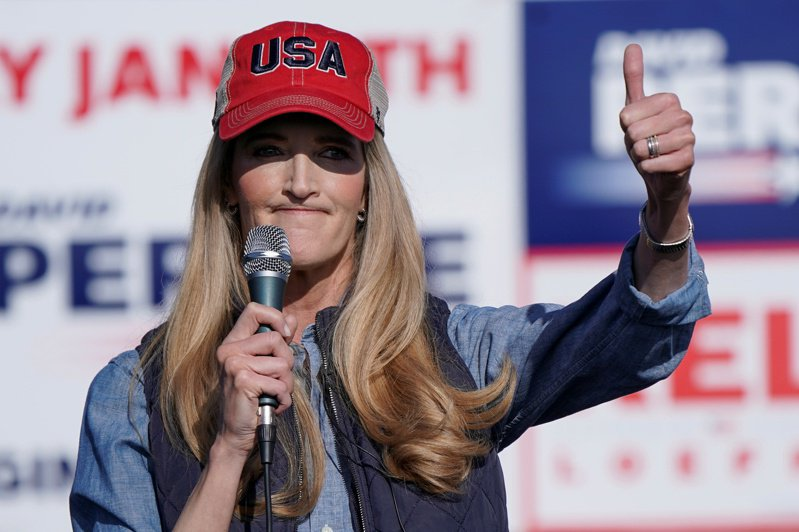 喬治亞州共和黨聯邦參議員羅夫勒(Kelly Loeffler)拚連任,2日在造勢活動上向選民致意。(路透)