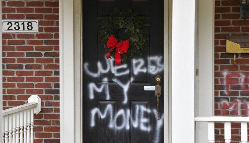 參院多數黨領袖麥康諾在肯塔基州老家住所2日清晨遭不明人士塗鴉噴字「我的錢呢」,抗議麥康諾否決紓困金調高到2000元的決定。民主黨眾議長波洛西在加州舊金山住家也在1日遭到塗鴉破壞抗議。(美聯社)
