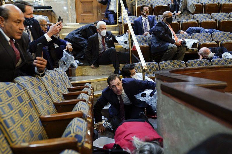 川普支持者欲攻进国会众院时,人们仓皇地躲到陈列室裡。(美联社)