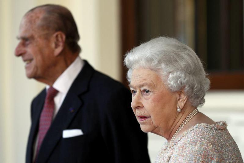 白金漢宮9日表示,94歲的英國女王伊莉莎白二世二世(前)和99歲丈夫菲利普親王(後)已接種新冠肺炎疫苗。(美聯社資料照片)