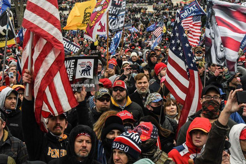 參加6日國會山莊集會的川普支持者,大都沒有戴口罩,CDC擔憂他們回到各州後,會加速病毒傳播。(路透)