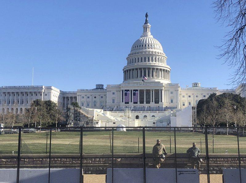 國會內外10日可見國民兵駐紮防守,中間可見到為20日總統就職典禮搭建的觀禮台。(美聯社)