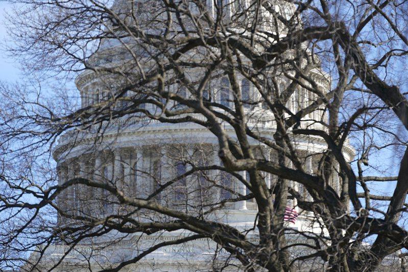 歷經一天的辯論議程,眾院13日下午就彈劾川普總統案表決,並以232票比197票通過。(美聯社)