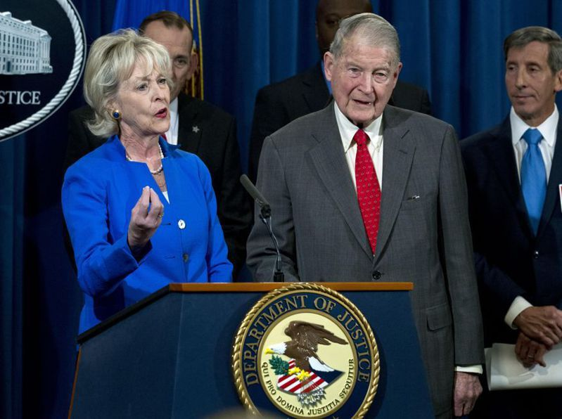 德高望重的前聯調局長韋柏斯特(右前一)12日譴責川普總統。圖為2019年韋柏斯特出席司法部會議。(美聯社)