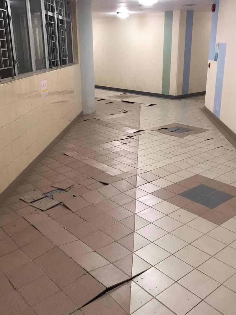 馬鞍山欣安邨大廈走廊地磚爆裂。(取材自馬鞍山之友1.0臉書)