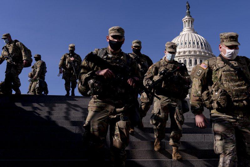 負責美國總統就職典禮維安的國民兵,在國會山莊執勤。美聯社