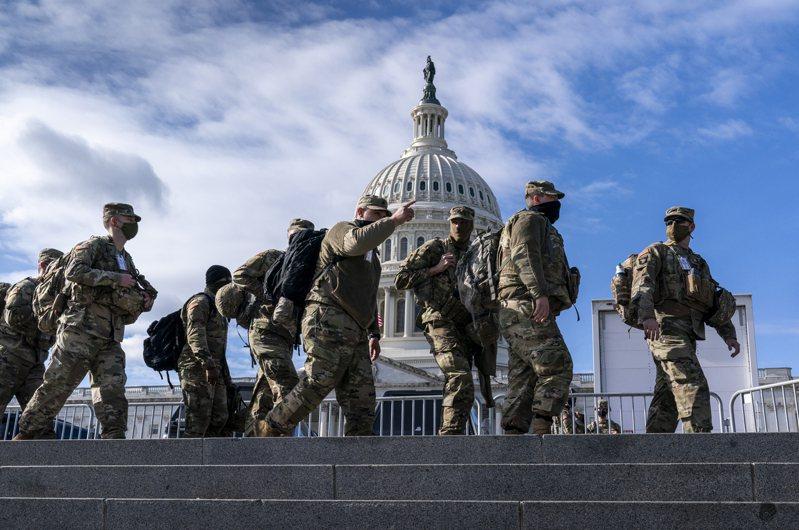 隨著總統就職典禮日子接近,華府內外有如戰場,2萬多國民兵全面重裝維安。聯調局擔心孤狼式攻擊作案或是部隊內部反叛。(美聯社)