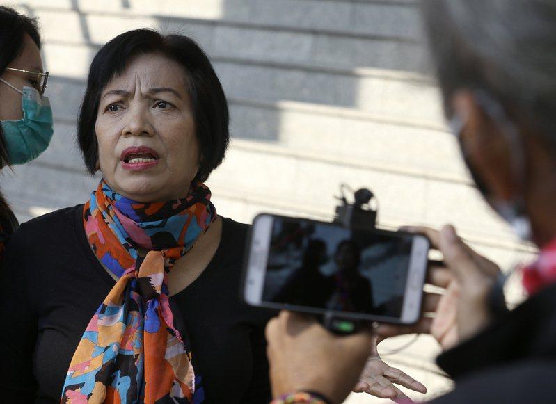 泰國65歲女子(中)因在網上分享批評王室的錄音,19日被法院以「冒犯君主法」判處入獄43年6個月,是涉及該罪歷來最重判刑。歐新社