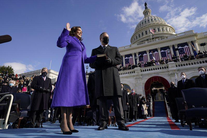 賀錦麗所穿的紫色造型,分別出自兩名非洲裔服裝師之手,同色洋裝與外套是羅傑斯(Christopher John Rogers)的設計作品,高跟鞋則來自哈德森(Sergio Hudson)。(歐新社)