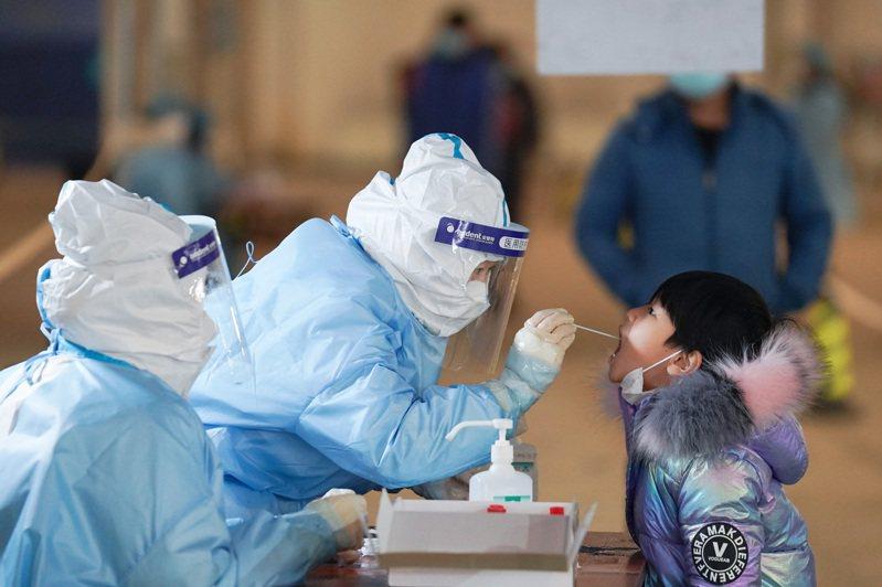 出現多起本土確診病例後,北京大興區進行全員核酸檢測。(新華社)