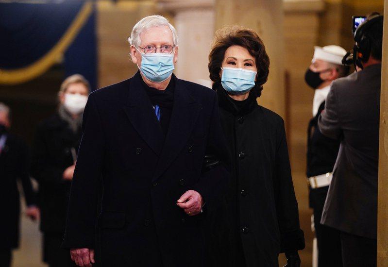 在新參院,共和黨參議員麥康諾(左)成為少數黨領袖,圖為他20日與華裔妻子趙小蘭(右)一起出席拜登就職典禮,期待與拜登合作。(路透)
