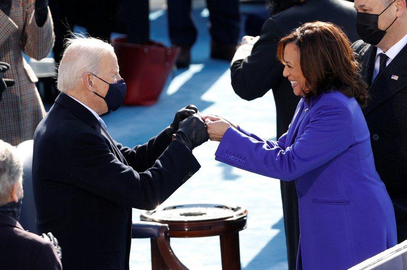副總統賀錦麗(右)20日宣誓就職後,成為首位有色人種副總統,將是拜登總統(左)最得力的左右手。(路透)