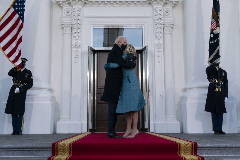 拜登總統伉儷20日走上白宮北門廊的官邸時,等待約十秒才有人開門。美聯社