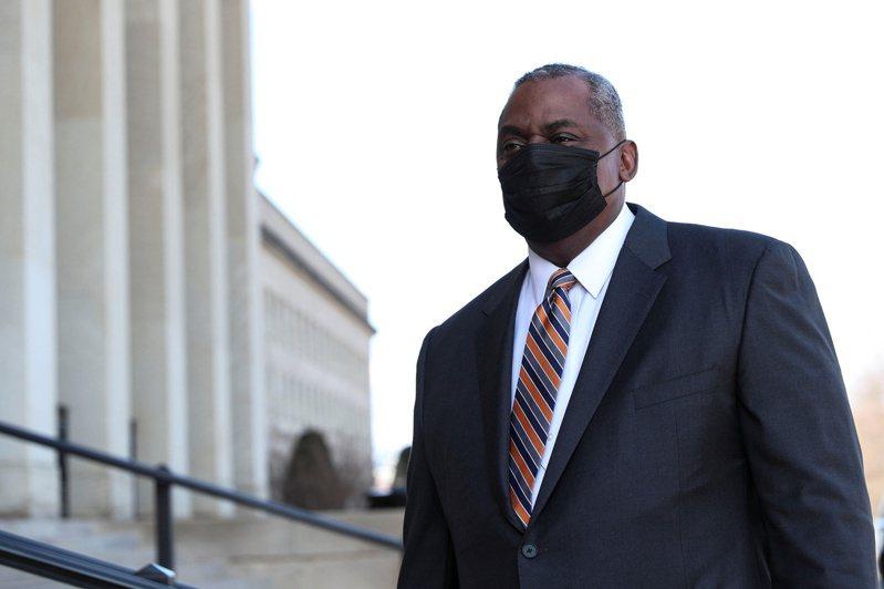奧斯丁22日獲國會參院投票確認成為美國歷史上首位非洲裔國防部長,他於當日抵達五角大廈上任。(路透)