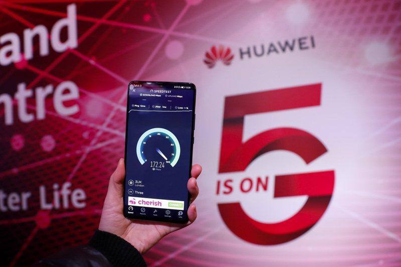華為聘請巴西前總統特梅爾(Michel Temer)擔任顧問,以確保該公司業務能夠在巴西當地市場保持持久性地運營。圖為英國倫敦華為5G創新體驗中心,一人持手機測試5G速度。(新華社資料照片)