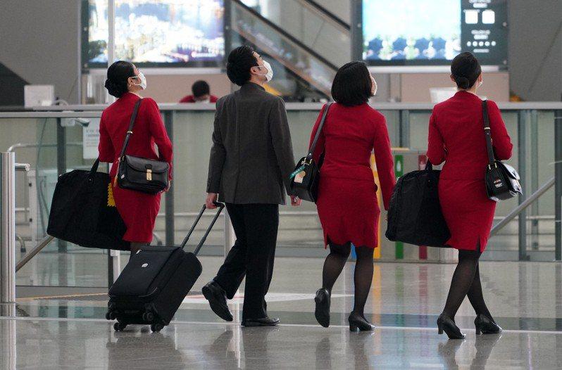 香港國泰航空機組人員返港後須檢疫,初步評估,每月營運現金消耗暴增20%至30%,即額外增加約3億至4億港元。中新社