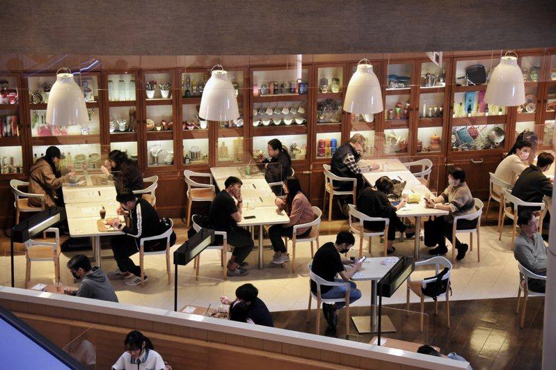 港府26日宣布延長社交防疫措施至2月3日,包括2人限聚令、禁止食肆晚市堂食等。(中通社 )