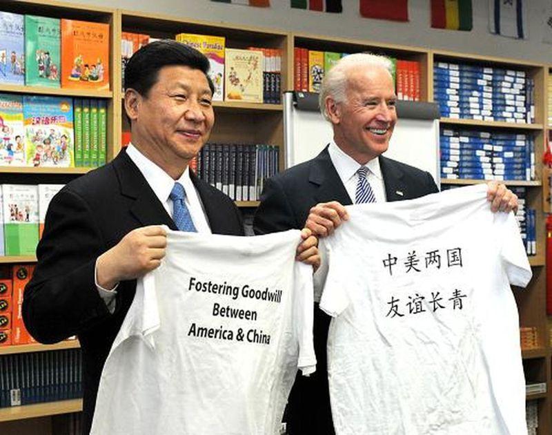 白宮發言人莎奇25日表示,美國總統拜登將以戰略耐心處理美中關係。圖為2012年時任副總統的拜登(右)在加州接待當時擔任中國國家副主席的習近平(左)。(新華社資料照片)