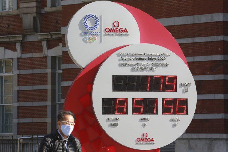 英國分析機構直言,日本來不及在東奧前完成群體免疫。圖為東京一個看板25日顯示,距離奧運登場僅剩179天。美聯社