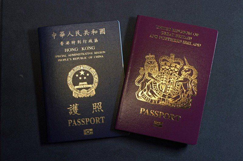 英國政府將於1月31日起實施英國國民海外護照(BNO)簽證居留政策,北京宣布反制,中英掀起外交之爭。圖為英國海外護照 (BNO)和香港特區護照(左)。美聯社