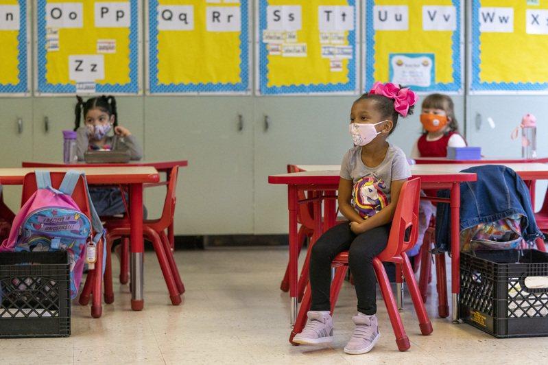 拜登總統重視全美學童如何返校上課,但各州學校當局與教師工會的協商往往阻礙返校上學的主因。圖為紐約市曼哈頓區公校教師去年9月的幼兒園小學童上課。(美聯社)